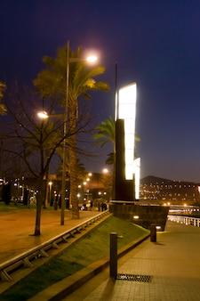 Vue nocturne de la promenade de la rivière nerviã'âƒã'â³n et du lampadaire d'origine, à bilbao, en espagne