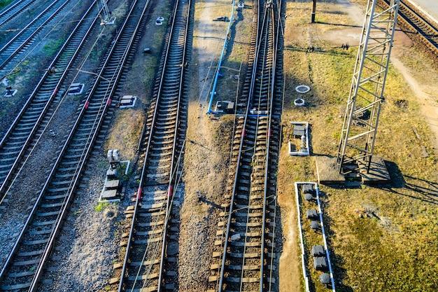 Vue sur de nombreuses voies ferrées et jonctions