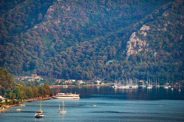 Vue sur de nombreux bateaux et yachts de luxe au coucher du soleil en mer méditerranée