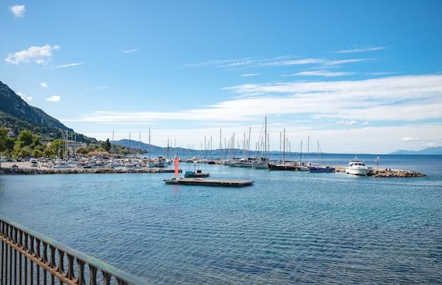 Vue de nombreux yachts blancs dans la mer ionique près de l'île de corfou