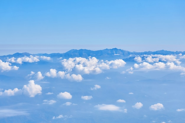 Vue sur les nuages et les sommets des montagnes à l'horizon d'une grande hauteur