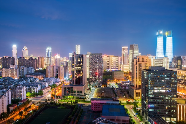 Vue de nuit de bangkok avec les gratte-ciel dans le quartier des affaires à bangkok en thaïlande