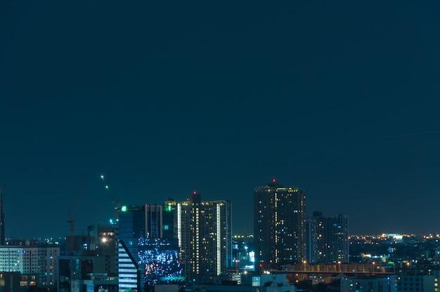 Vue de nuit de bangkok avec gratte-ciel