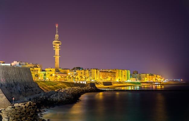 Vue de nuit de cadix avec la tour tavira ii - espagne, andalousie