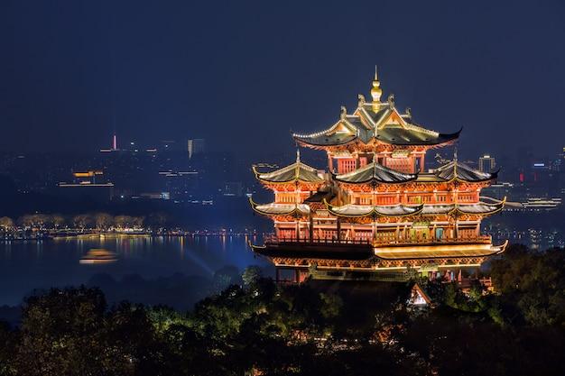Vue de nuit de cheng huang ge illuminé en chine