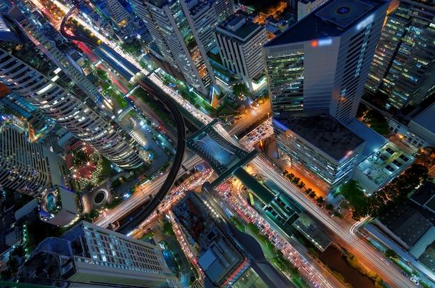 Vue de nuit du bâtiment moderne