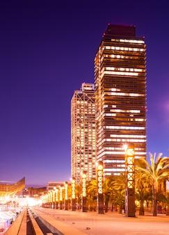 Vue de nuit du gratte-ciel à port olimpic