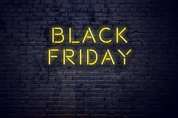 Vue de nuit du néon avec texte noir vendredi