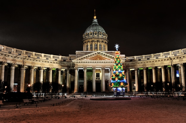 Vue de nuit du nouvel an de la cathédrale de kazan à saint-pétersbourg, en russie