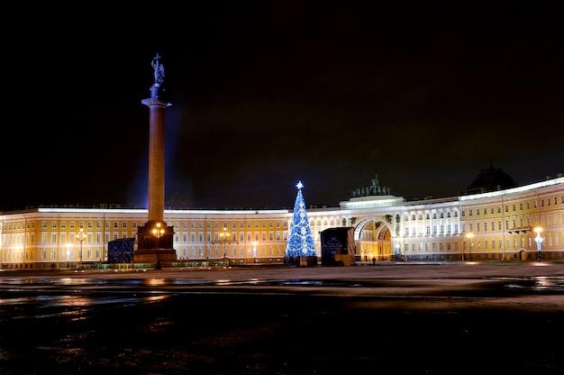 Vue de nuit du nouvel an de la place du palais à saint-pétersbourg, en russie