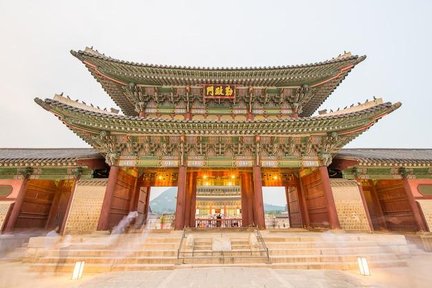 La vue de nuit du palais de gyeongbokgung