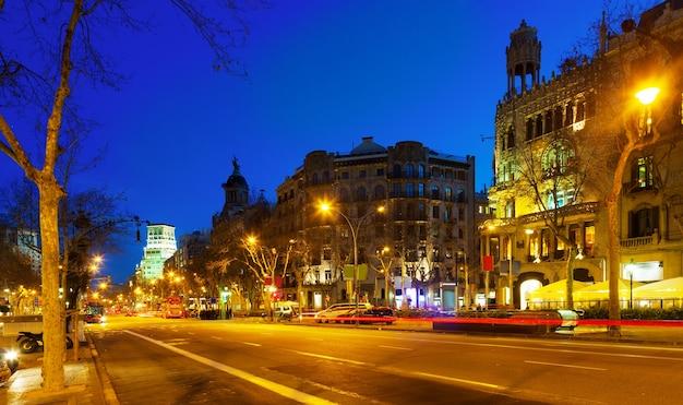 Vue de nuit du passeig de gracia à barcelone, catalogne