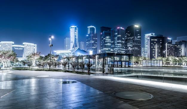 Vue de nuit du paysage architectural et des toits urbains dans le quartier financier de hangzhou