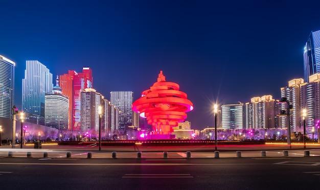Vue de nuit du paysage architectural urbain de qingdao