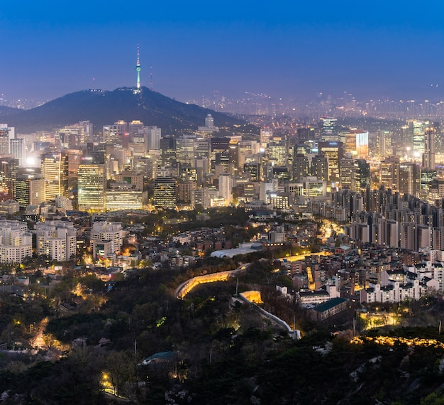 Vue de nuit du paysage urbain du centre-ville de séoul