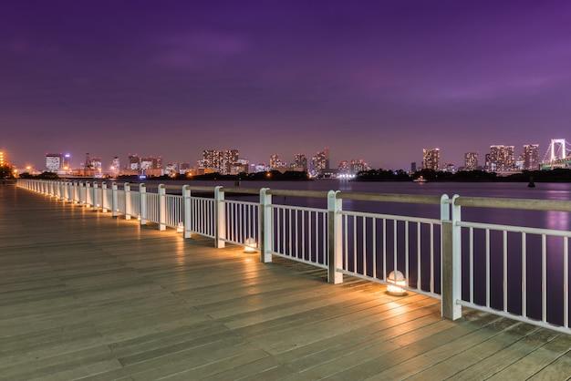 Vue de nuit du pont arc-en-ciel