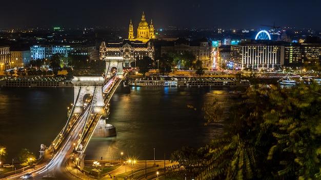Vue de nuit du pont des chaînes à budapest, en hongrie