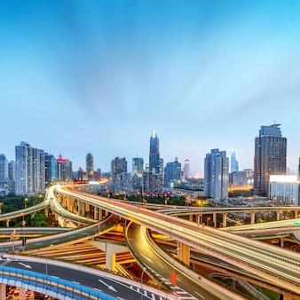 Vue de nuit du viaduc moderne à plusieurs étages, shanghai, chine.