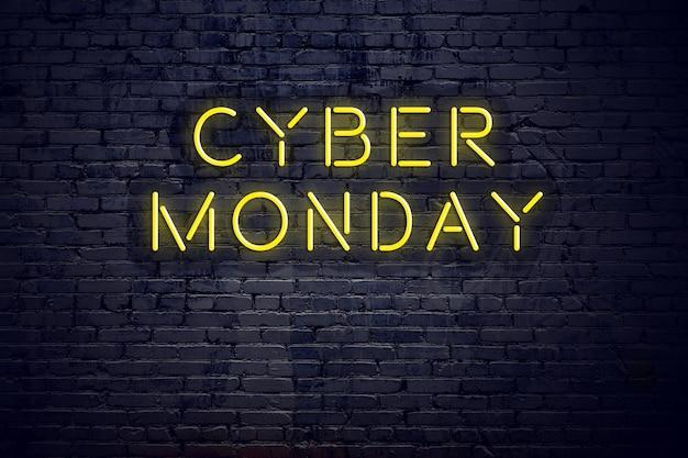 Vue de nuit de l'enseigne au néon avec texte cyber lundi