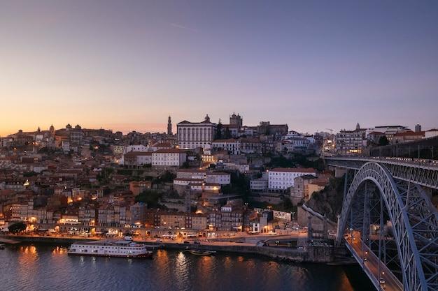 Vue de nuit sur le fleuve douro avec des bateaux. point de repère européen. style de vie de voyage.