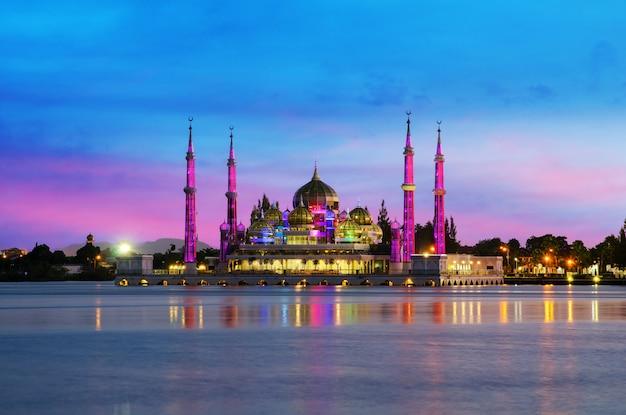 Vue de nuit de la mosquée de cristal à kuala terengganu, en malaisie.