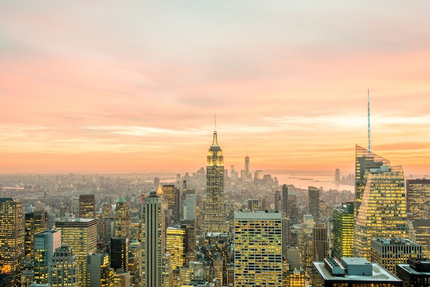 Vue de nuit de new york manhattan au coucher du soleil