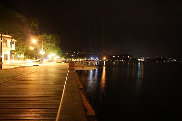 Vue de la nuit sur les rives des trottoirs d'ilhabela, côte à côte avec le petit centre commercial