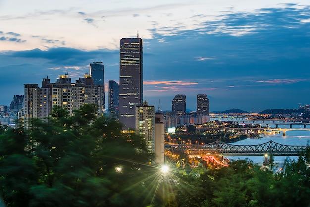 Vue de nuit de la rivière han et de séoul avec des nuages