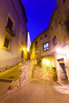 Vue de nuit de la rue étroite de cuenca