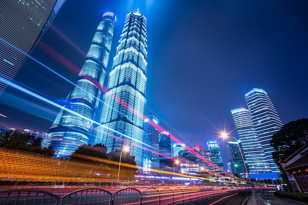 Vue de nuit sur la rue urbaine et bâtiment moderne dans le quartier financier de lujiazui, shanghai