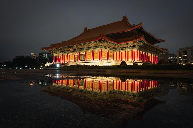 Vue de nuit à la salle de concert nationale tapiei, taiwan.