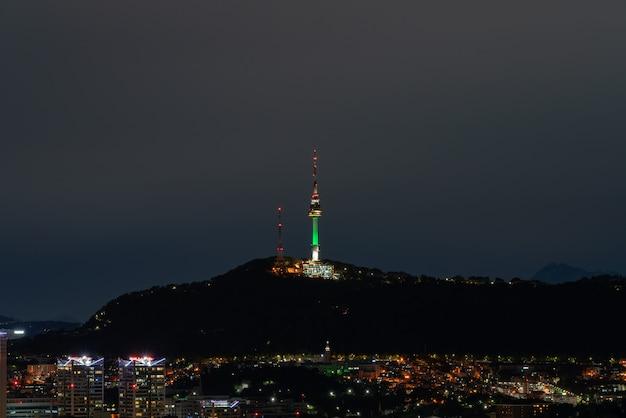 La vue de nuit de séoul avec la tour namsan