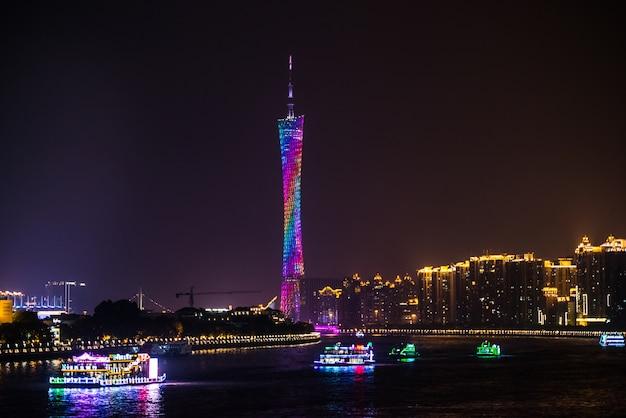 Vue de nuit de la tour de télévision à guangzhou