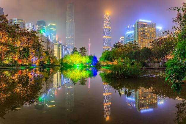 Vue de nuit urbaine moderne et bâtiments en front de mer dans le parc de guangzhou, chine