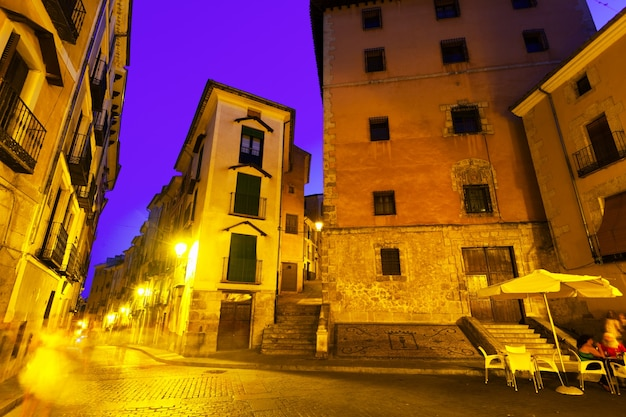 Vue de nuit de la vieille place pittoresque