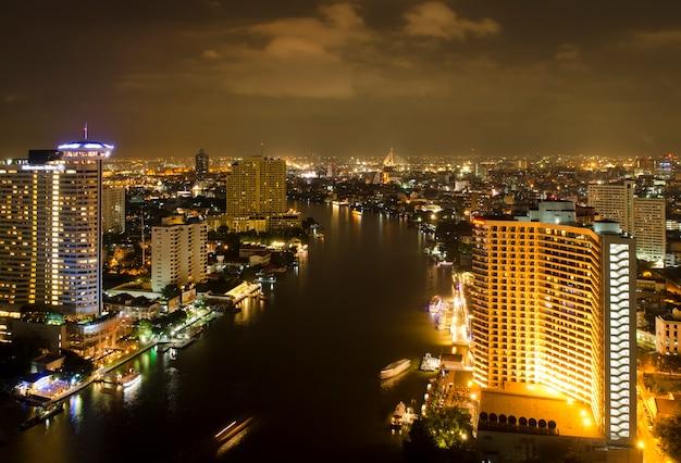 Vue de nuit de la ville de bangkok avec rivière, thaïlande