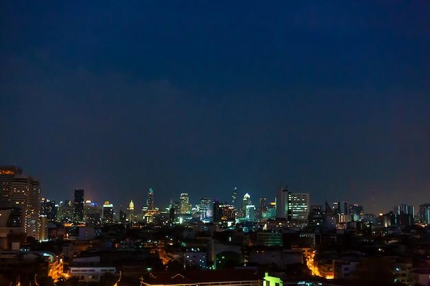 Vue de nuit sur la ville de bangkok