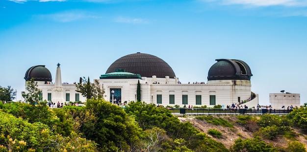 Vue de l'observatoire griffith à los angeles en été.