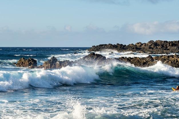 Vue sur l'océan déchaîné sur l'île de tenerife