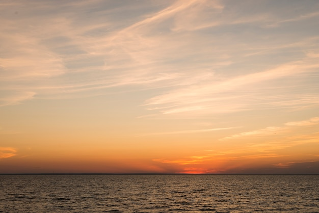Vue sur l'océan le soir