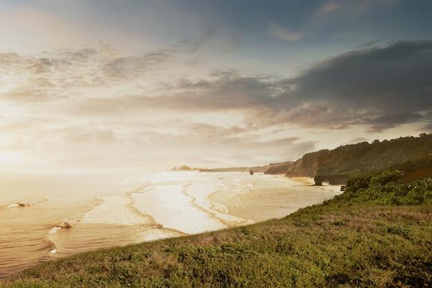 Vue sur l'océan avec la vague de la falaise