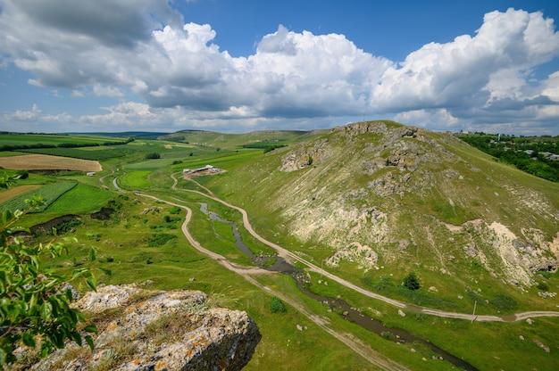 Vue d'oiseau sur la vallée au nord de la moldavie