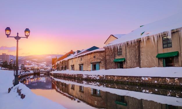 Vue d'otaru canel en hiver avec coucher de soleil, hokkaido - japon.