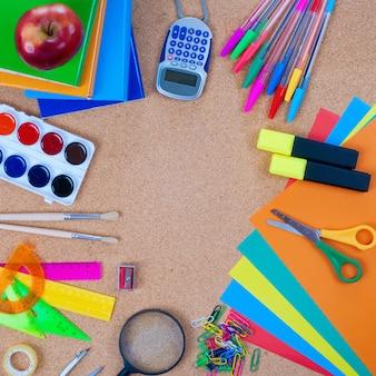 Vue des outils de bureau sur le tableau de liège
