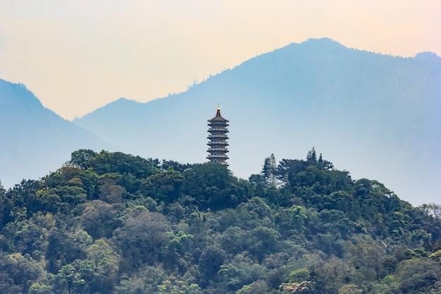 Vue de la pagode ci en près du lac sun-moon à nantou, taiwan
