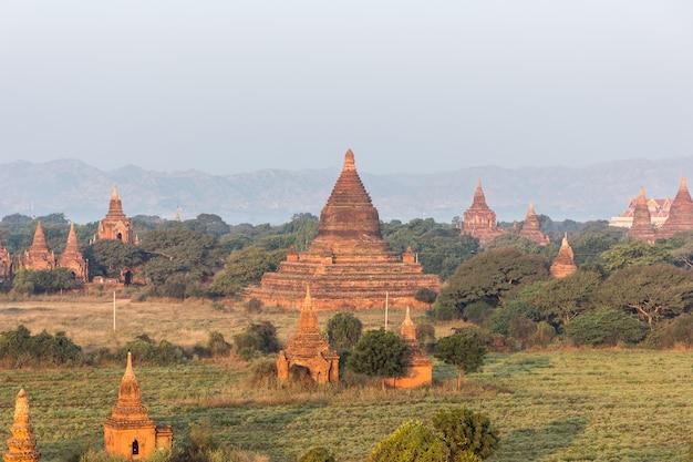 Vue de la pagode shwe sandaw au coucher du soleil à bagan, myanmar