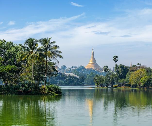 Vue de la pagode shwedagon sur le lac kandawgyi