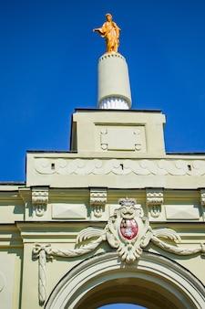 Vue sur le palais médiéval de ruzhany. reconstruction d'un ancien château. région de brest, biélorussie.