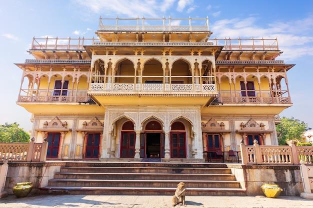 Vue sur le palais de la ville de mubarak mahal de jaipur, en inde.