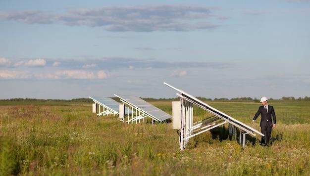 Vue sur les panneaux photovoltaïques de la centrale solaire sur le terrain.